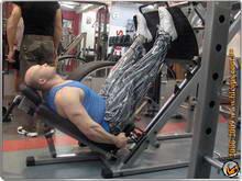 Упражнение для развития мышц спины демонстрирует киевский персональный тренер Юрий Спасокукоцкий в фитнес-клубе Бицепс