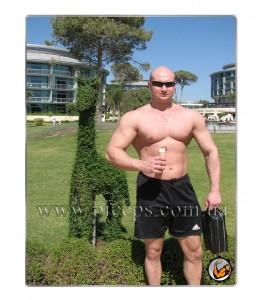 """Фото на """"массе"""", вес 110, тренировки 5 раз в неделю, усиленное питание. Рука холодная 46-47 Горячая (на тренировке, накачанная кровью)48-49. Талия около 1 метра в окружности."""