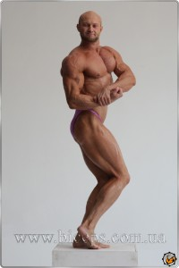 В фотостудии Тараса Маляревича. Май 2011 года. После углеводной загрузки. Рука 45 см, вес 96 кг.