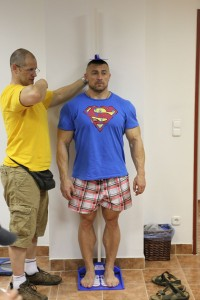 Волнующий процесс взвешивания и регистрации спортсменов. Чемпион Сергей Яцюк проходит процедуру взвешивания.
