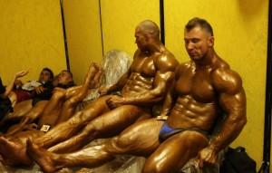 Опытные спортсмены умеют экономить силы между выходами на подиум, и могут есть и спать в абсолютно любых уловиях!