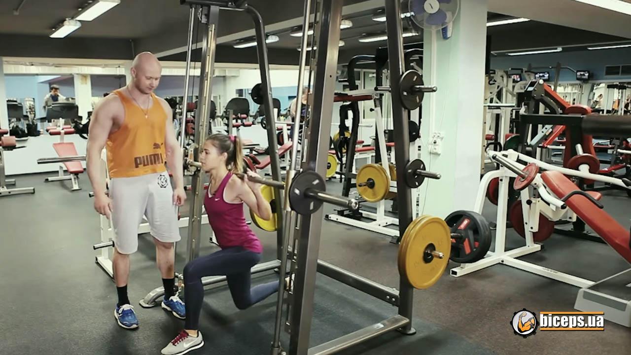 """В технике выполнения """"выпады"""" важно соблюдать нужное положение колена выставленной вперед ноги."""