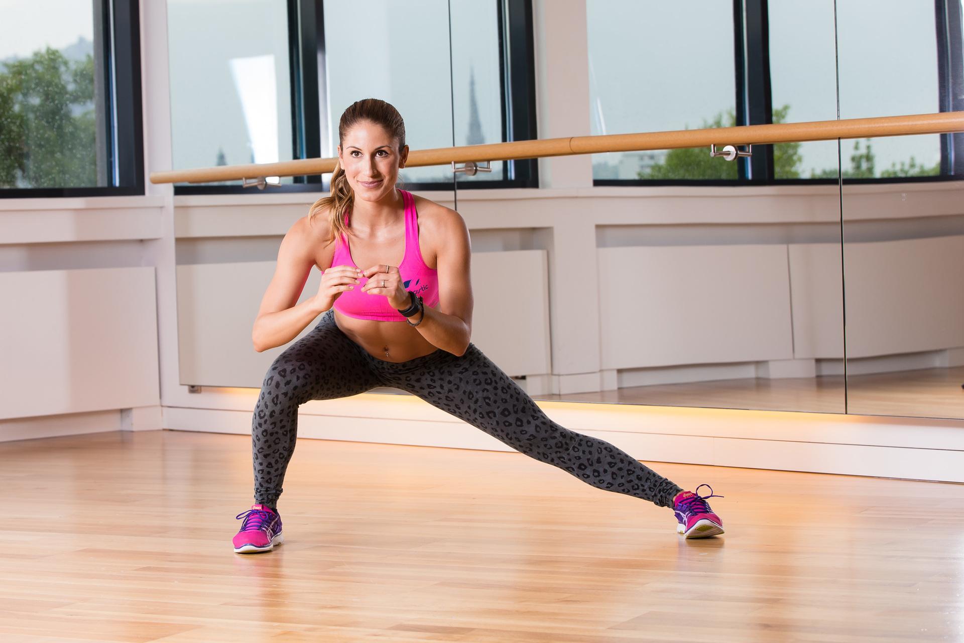 Этот вариант упражнения отлично подходит девушкам, заинтересованным в корректировке нижней части тела